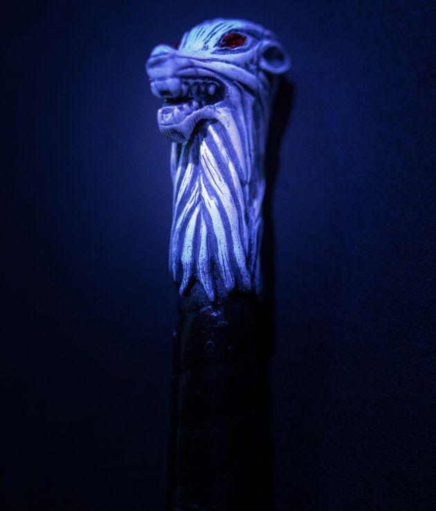 Pomo de Garra, la espada que el comandante Mormont le regala a Jon cuando éste lo salva de un zombi....