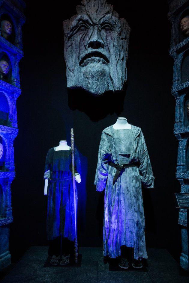 Los trajes de Arya y Jaqen, bajo la efigie de uno de los dioses de los Hombres Sin Rostro y junto a varias