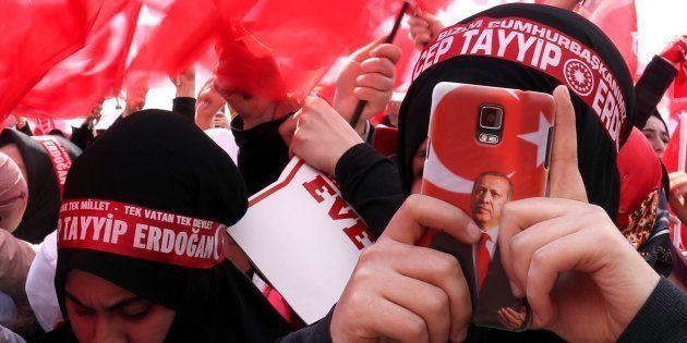 Unas partidarias del presidente Erdogan lo fotografían en un acto de campaña del referéndum, el pasado...