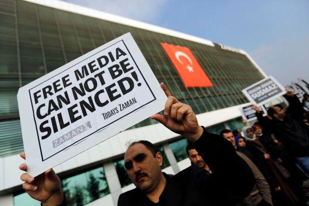 Trabajadores del diario 'Zaman', intervenido por el gobierno, en una protesta por la libertad de prensa...