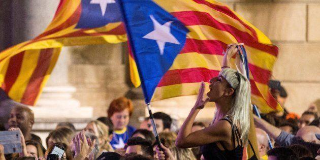 Miles de personas se han concentrado esta tarde en la Plaza de Sant Jaume de Barcelona, ante el Palau...