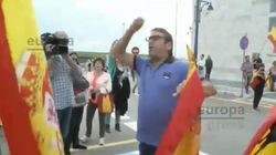Manifestantes contra Pablo Iglesias agreden a una periodista de Europa