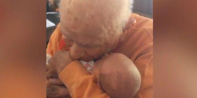 El emotivo encuentro entre un hombre de 105 años y su pequeño