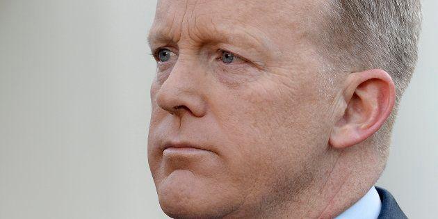 El secretario de Prensa de la Casa Blanca, Sean Spicer, se disculpa durante una entrevista