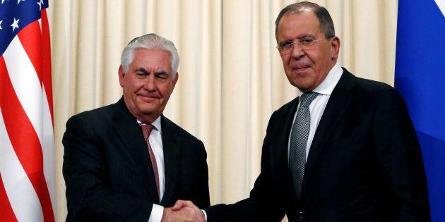 Sergei Lavrov (derecha) y Rex Tillerson se dan la mano tras su rueda de prensa en