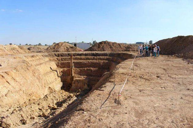 Vista de la excavación, con el pozo al