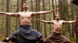 Por algún motivo el yoga de estos dos hombres con falda escocesa se ha hecho