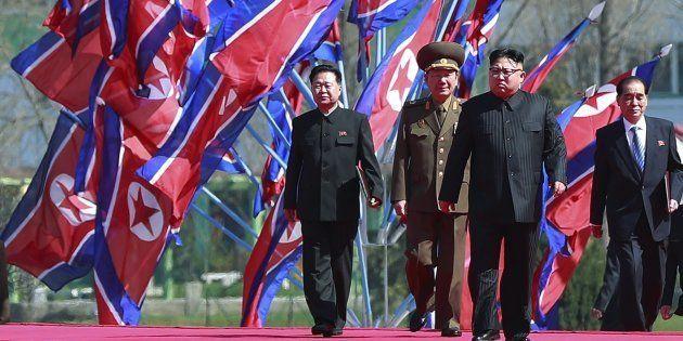 El líder norcoreano Kim Jong-un llega a la ceremonia de inauguración de un nuevo proyecto de desarrollo...