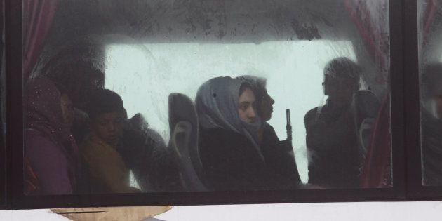 Un grupo de evacuados de Kefraya y Foua, en el autobús que los saca del