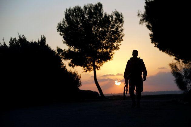 Un soldado israelí, retratado cerca de la frontera de su país con Gaza, este