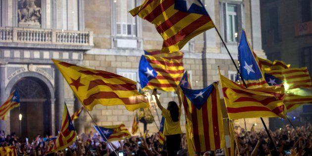 Miles de personas se concentran en la Plaza de Sant Jaume de Barcelona, ante el Palau de la Generalitat,...