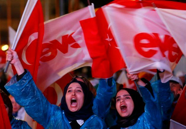 Seguidores de Erdogan celebran la victoria del 'sí' en el