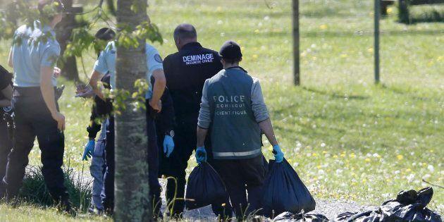 Agentes de la Policía de Francia cargan bolsas con armas y posibles pruebas de la banda terrorista ETA,...