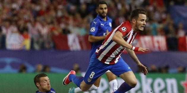 El centrocampista del Atlético Saúl Ñíguez supera al delantero del Leicester Jamie Vardy durante el partido...