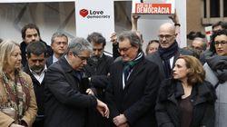 Mas y miembros del Govern apoyan a Homs con una urna de cartón gigante ante su juicio en el