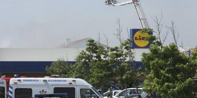 Al menos cinco muertos al estrellarse una avioneta contra un supermercado en