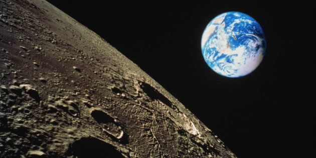 SpaceX enviará a dos turistas alrededor de la Luna en