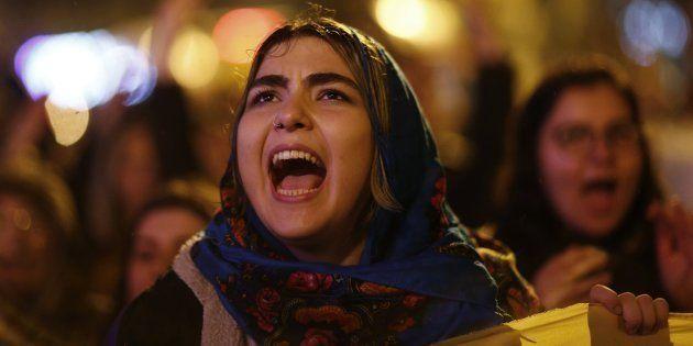 Una joven, durante la manifestación por el 'no' en el referéndum turco, hoy en