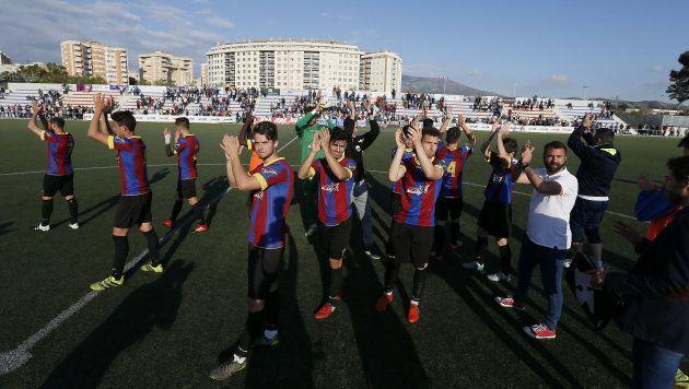 Los jugadores del Eldense saludan a su afición al término del partido de Liga contra el