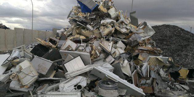 Rodeados de montañas de basura