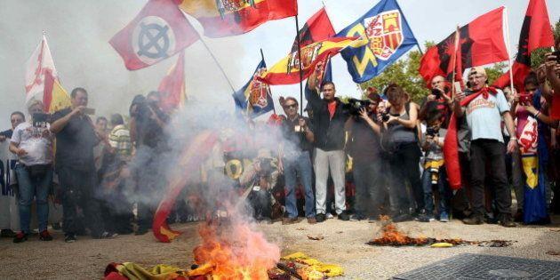 Un centenar de ultraderechistas quema esteladas en