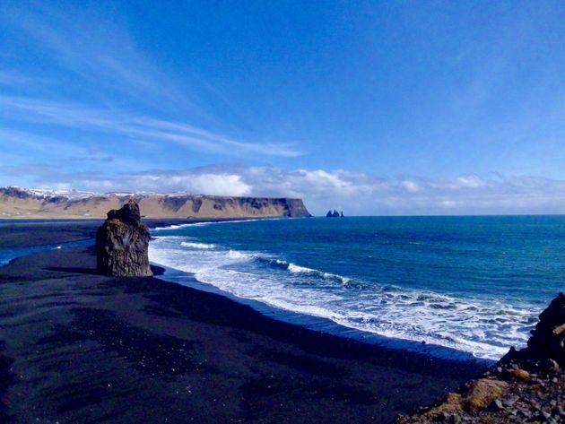 Playas de arena negra de Vík y los Reynisdrangur, tres rocas gigantes ancladas al mar
