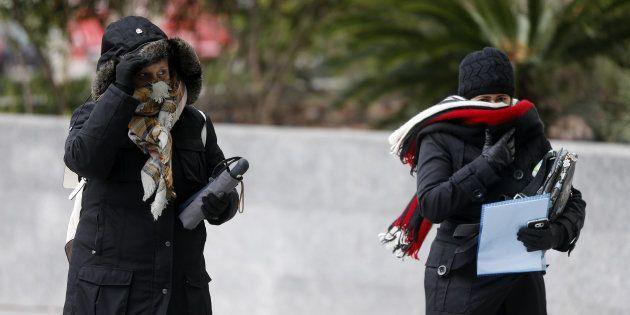 Dos mujeres pasean abrigadas, en una foto de archivo tomada el pasado enero en
