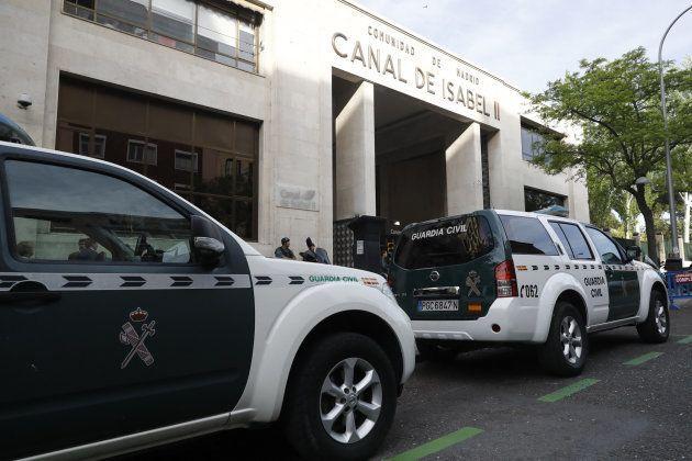 Agentes de la Guardia Civil, esta mañana, en la sede de Canal de Isabel II, en la madrileña calle de...