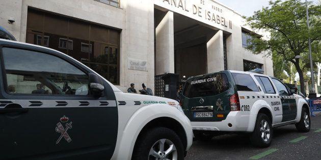 Agentes de la Guardia Civil ante la sede de Canal de Isabel II, en