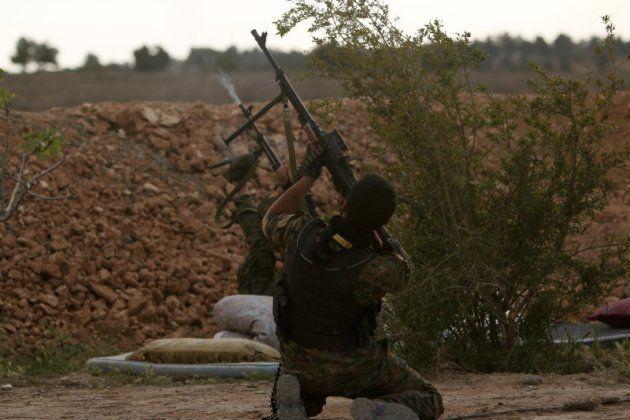 Un miembro de las Fuerzas de Siria Democrática (FSD), cerca de Raqqa, bastión del Estado Islámico en...