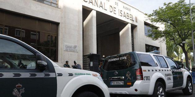 Agentes de la Guardia Civil ante la sede de Canal de Isabel