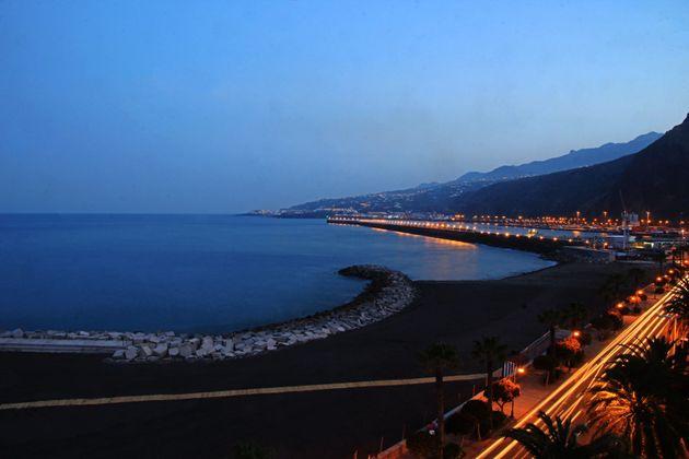 Imagen de la playa con el Puerto de Santa Cruz de La Palma de