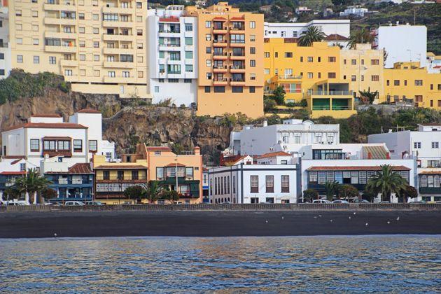 Vista desde el mar con los balcones típicos en primera