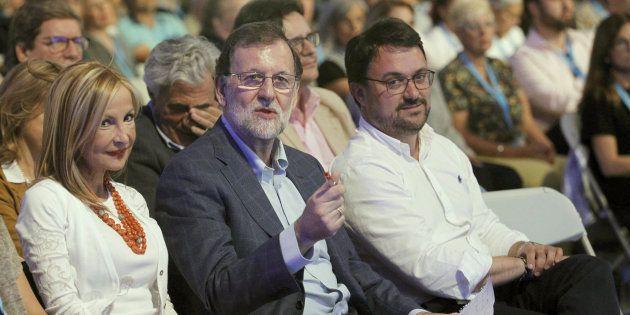 Mariano Rajoy, rodeado de Australia Navarro, líder del PP de Gran Canaria y Asier Antona, presidente...