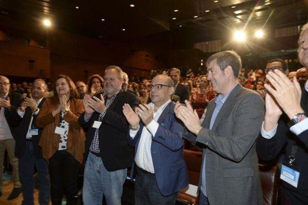 Fernando Clavijo (segundo por la derecha), presidente del Gobierno canario y José Miguel Barragán (tercero...