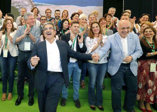 El líder de Nueva Canarias (tercero por la izquierda) Román Rodríguez bromea con Antonio Morales (segundo...