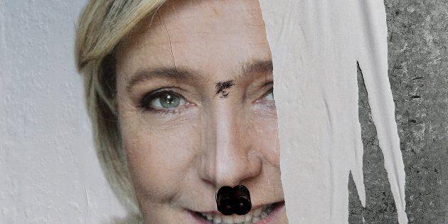 Vista del cartel electoral de la candidata del Frente Nacional (FN), Marine Le Pen, con un bigote hitleriano...