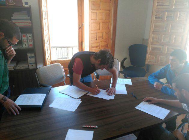 Los jóvenes de Fraguas rellenan de nuevo las solicitudes para pedir el