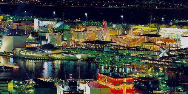 Vista nocturna de la Exposición Universal de Sevilla, en
