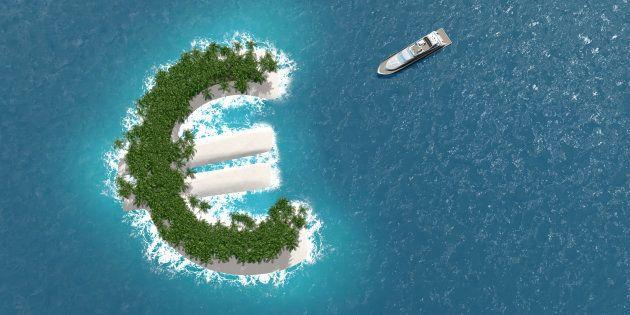 Paraíso fiscal, evasión financiera o de riqueza en una isla con forma de euro. Un barco de lujo navega...
