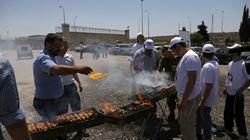 Ultraderechistas israelíes hacen una barbacoa ante una cárcel donde presos palestinos están en huelga de