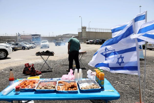 Ultraderechistas israelíes hacen una barbacoa ante una cárcel donde presos palestinos están en huelga...