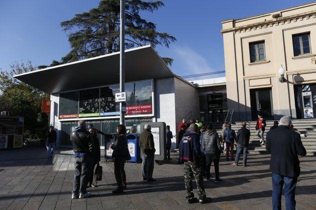 Un grupo de usuarios espera en la entrada de la estación de Ferrocarrils de Sant Cugat del Vallès cuyas...