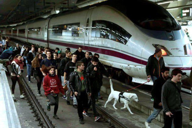 Vías de tren, carreteras y vías cortadas por la huelga general de
