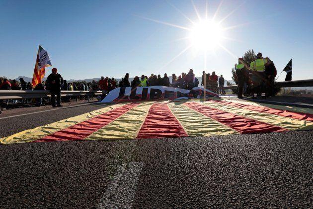 Vista de la autovía A-2 a la altura de Òdena (Barcelona) que ha sido cortada por un grupo de