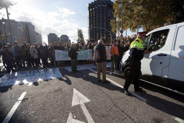 Un grupo de manifestantes corta la avenida