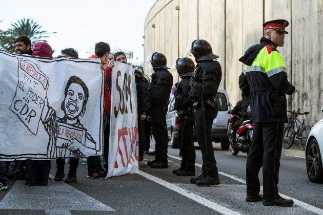 Un grupo de manifestantes corta la Ronda de Dalt en