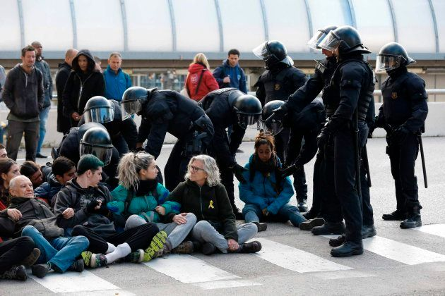 Mossos d'Esquadra levantan a piquetes que bloquean la calle en la Estación Norte de