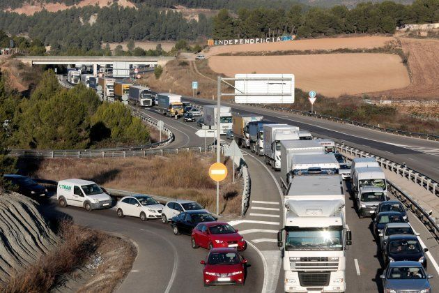 Vista de la retención de tráfico en la A-2 a la altura de Òdena (Barcelona) provocada por un grupo de...