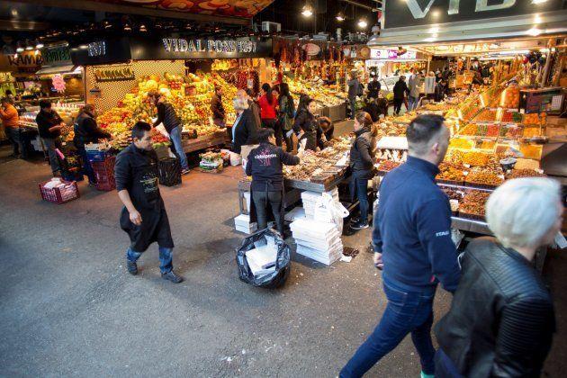 Vista del Mercado de la Boquería, con algunos puestos cerrados, pero funcionando con